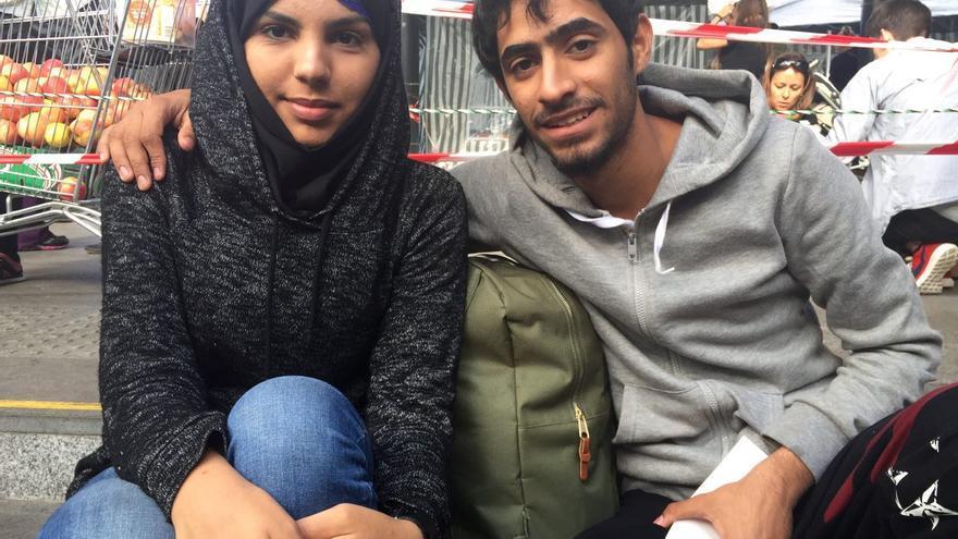 Taher y Shahad en la estación Keleti de Budapest. Se casaron antes de salir de Irak, su barca volcó y estuvieron 10 horas en el agua / Olga Rodríguez