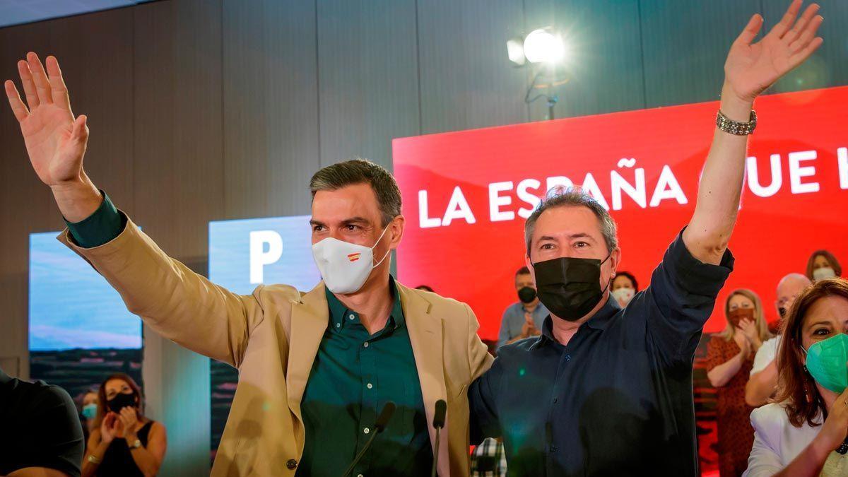 Pedro Sánchez, junto al candidato socialista a la Junta, Juan Espadas, en el acto de este sábado en Sevilla.