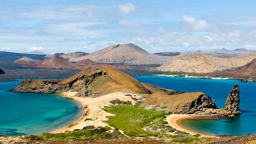 Playas Sur y Norte de Isla Bartolomé con el famoso Pináculo.