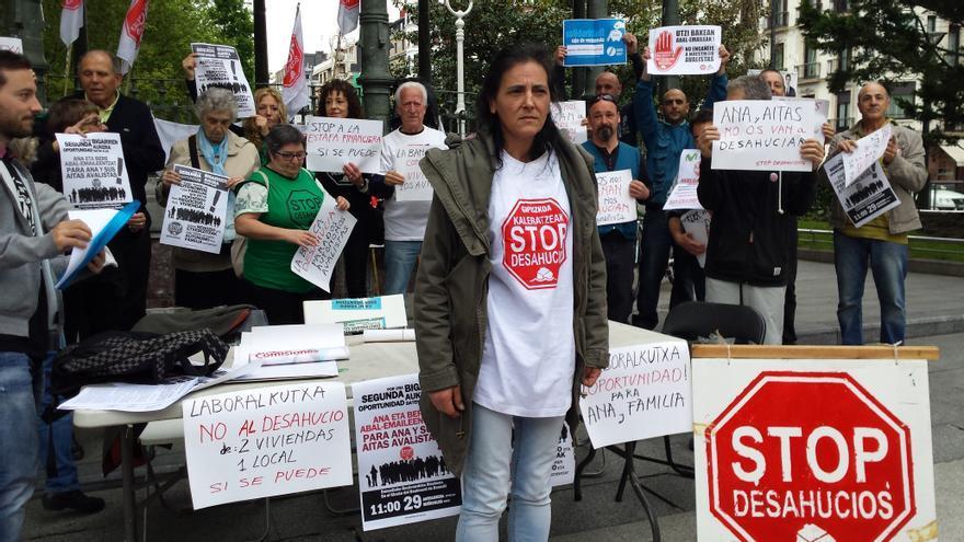 La afectada junto con los miembros de la Plataforma de Stop Desahucios Gipuzkoa