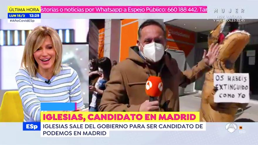 """Un dinosaurio se cuela en 'Espejo Público' desde la sede de Ciudadanos: """"Os habéis extinguido como yo"""""""