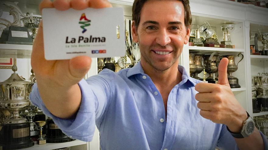 El nadador David Meca muestra una tarjeta de logo de La Palma.