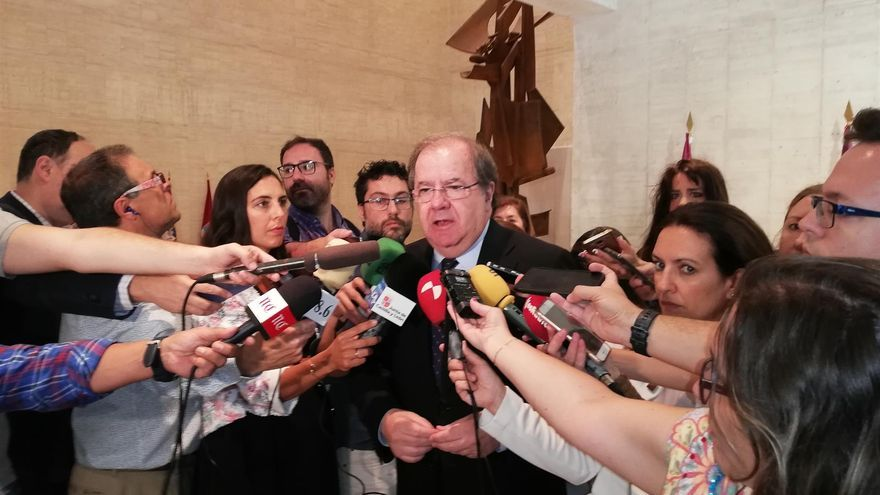 El presidente saliente, Juan Vicente Herrera, atiende a los medios antes del debate de investidura.