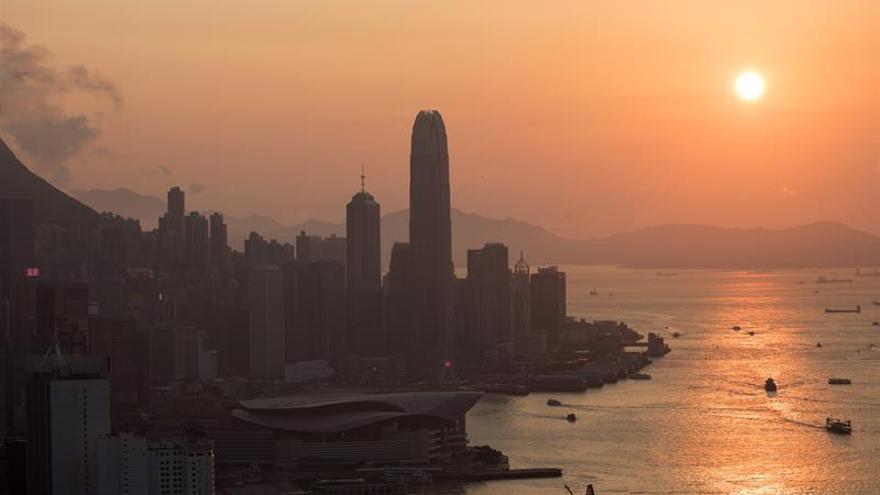La Bolsa de Hong Kong descendía hoy un 3,5 % a media sesión debido al temor a la propagación del COVID-19, así como por el desplome del precio del petróleo tras el fracaso de la cumbre el pasado viernes de la OPEP y Rusia.