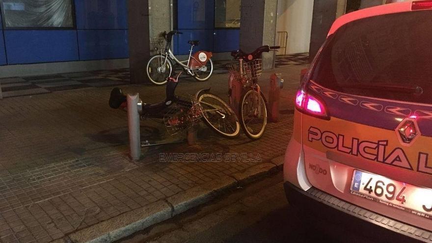 Detenido tras ser sorprendido destrozando un puerto de Sevici para robar una bicicleta