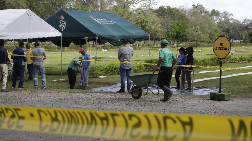 En la imagen, la Comisión 20 de diciembre y las autoridades de Panamá trabajan en el proceso de exhumación de los cadáveres de personas no identificadas muertas durante la invasión de Estados Unidos a Panamá en diciembre de 1989 en la Ciudad de Panamá (Panamá).