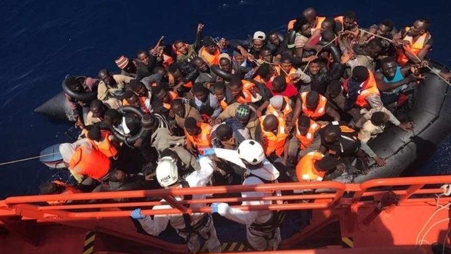 Rescatadas 32 personas, entre ellas cuatro mujeres, una embarazada, de una patera al sur de Alborán