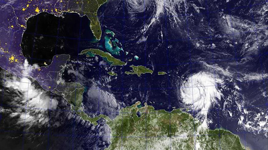 Imagen de satélite GOES de los huracanes José (arriba) en el Océano Atlántico y María en el mar Caribe