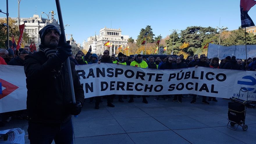 """Trabajadores en huelga de la EMT temen que la """"próxima privatización sea la del servicio especial por el cierre de L4"""""""
