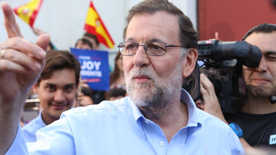 El candidato del Partido Popular a las elecciones del 26-J en la terraza del restaurando Churchill en Las Palmas de Gran Canaria. (Alejandro Ramos).