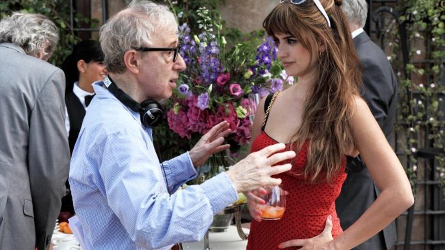 Woody Allen con Penélope Cruz en el plató de 'A Roma con amor'