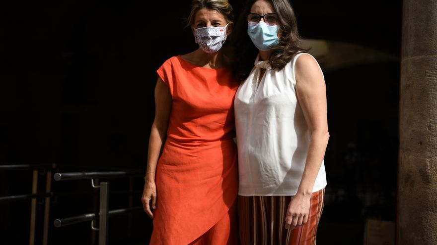 La vicepresidenta segunda del Gobierno, Yolanda Díaz (i) y la vicepresidenta valenciana, Mónica Oltra (d), posan antes de una reunión en el Palau dels Catalá de Valeriola, a 13 de septiembre de 2021, en Valencia, Comunidad Valenciana (España).