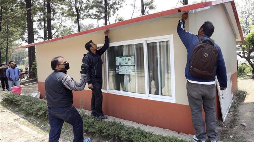 Un mes después del terremoto, Nepal busca refugio ante la llegada del monzón