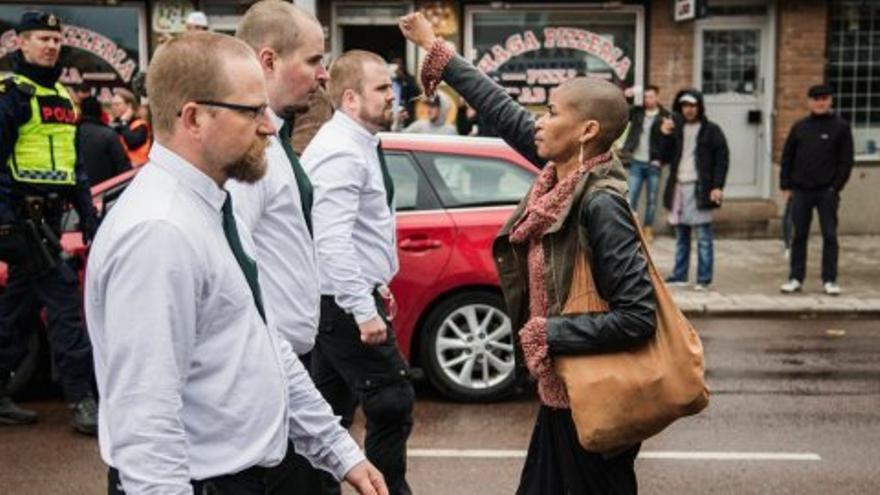 Una mujer negra desafía a 300 nazis que desfilan por las calles de Suecia / @davidlagerlof