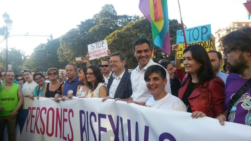 Pedro Sánchez se suma a la manifestación del Orgullo LGTBi antes de participar en la Fiesta de la Rosa