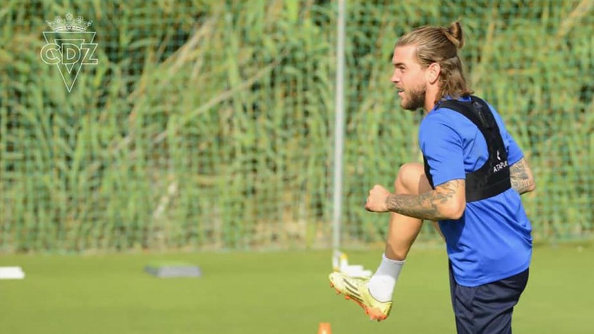 Álvaro Jiménez en su primer entrenamiento con el Cádiz
