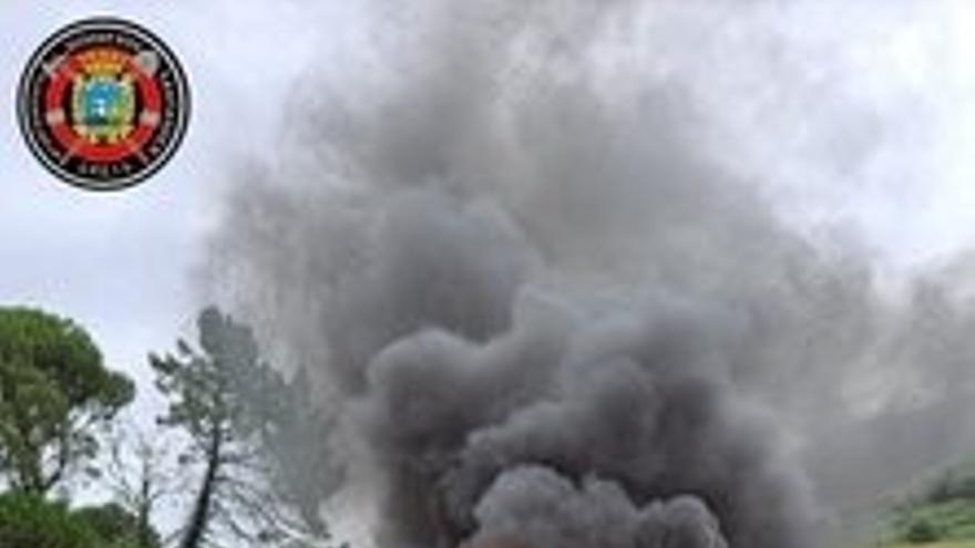 Incendio de vehículo en la carretera