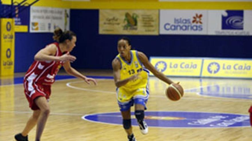 La pívot jamaicana Aneika Anna-Kay intenta superar la defensa de una jugadora del Palacio de Congresos de Ibiza. (ACFI PRESS)
