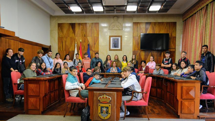 Estudiantes del IES Eusebio Barreto de Los Llanos de Aridane en el salón de plenos del Cabildo de La Palma.