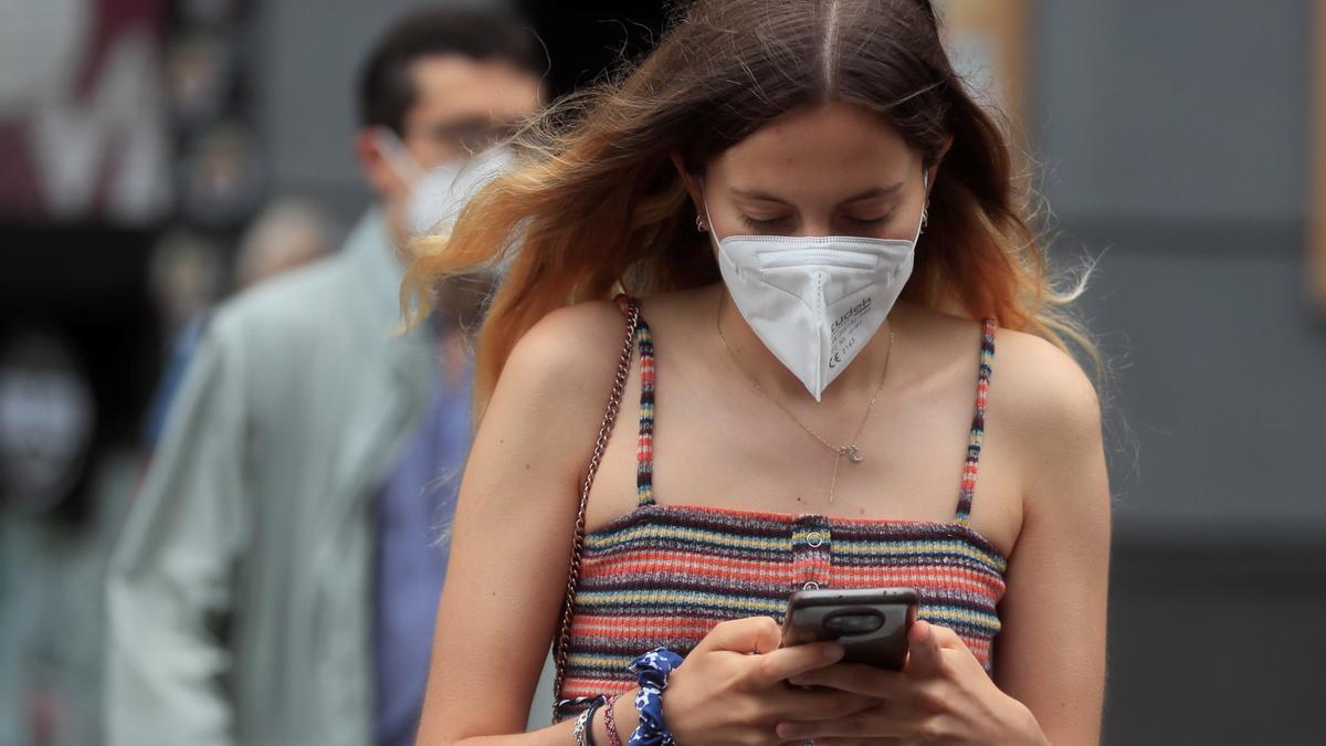 Una joven con mascarilla camina por Madrid. EFE/ Fernando Alvarado/Archivo