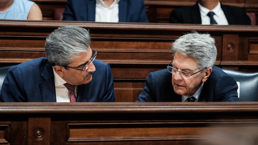 El consejero de Hacienda del Gobierno de Canarias, Román Rodríguez, y el de Administraciones Públicas, Justicia y Seguridad, Julio Pérez.