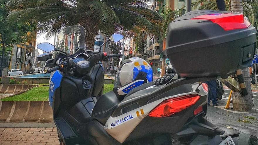 Cuatro agentes para reducir a un corpulento hombre que fumaba y menudeaba con drogas en Las Palmas de Gran Canaria