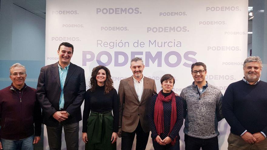 Ginés Ruiz y su equipo de `Cuidando Podemos´ junto con Óscar Urralburu
