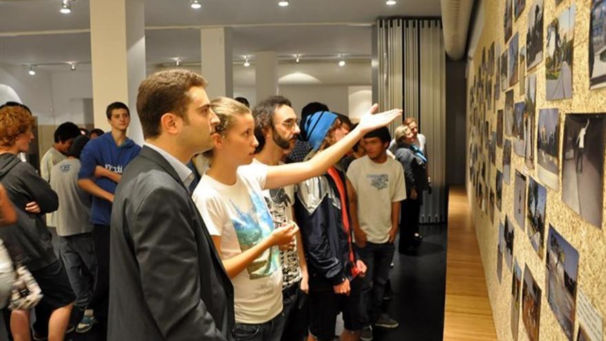 El público visitando una de las exposiciones de Pablo Hernández Celorio.