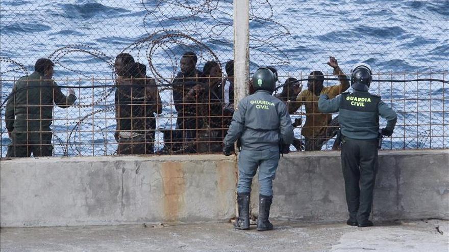 50 inmigrantes asaltan la frontera de Ceuta y uno de ellos logra entrar por mar