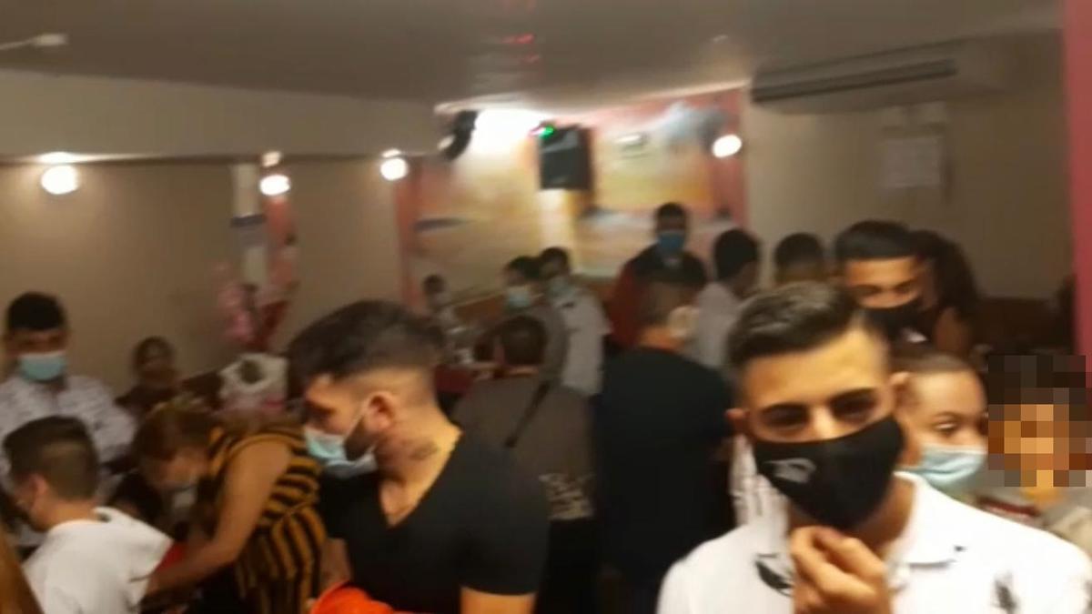 Fiesta desalojada por la Policía en el barrio de La Milagrosa de Pamplona