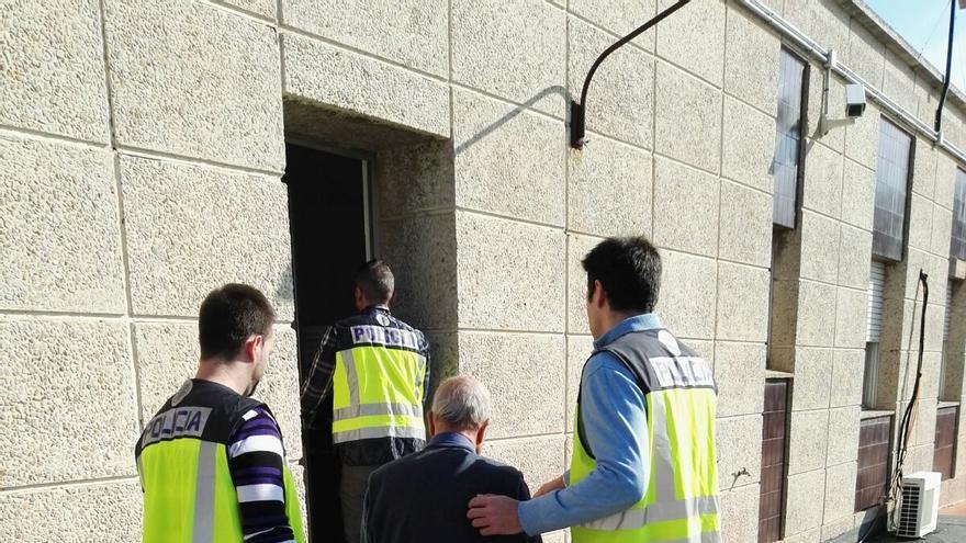 Los agentes custodian al detenido