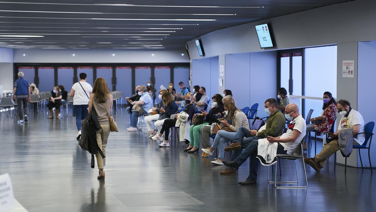 Varias personas esperan para ser vacunadas con la dosis de Pfizer, en el Wanda Metropolitano, a 19 de mayo de 2021, en Madrid (España).