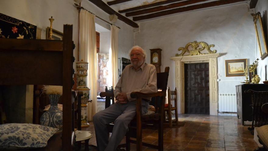 Ricardo Miravet, sentado en uno de los múltiples salones del castillo.