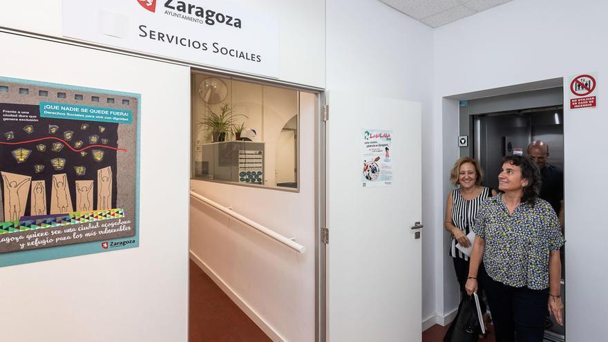 La concejala de Derechos Sociales, Luisa Broto, visitando uno de los centros municipales de Servicios Sociales de Zaragoza