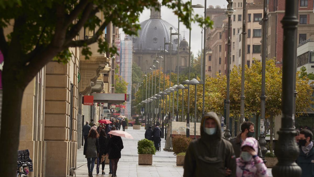 Transeúntes pasean por una calle de Pamplona.