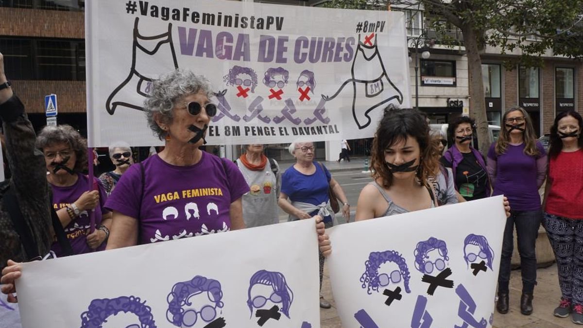 Integrantes de la Assemblea Feminista de València denuncian las multas por el 8M
