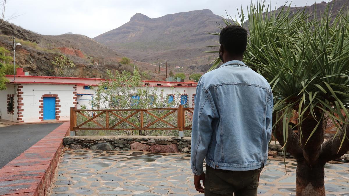 Menor extranjero que ha llegado solo a Canarias, con el albergue de Ayagaures (Gran Canaria) al fondo.