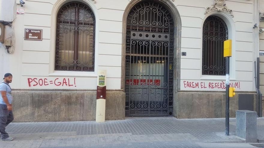 Atacan la sede del PSC en Lleida con pintadas en las que se lee 'Haremos el referéndum'