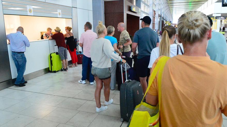 Turistas afectados por la quiebra de Thomas Cook en el aeropuerto de Gran Canaria.