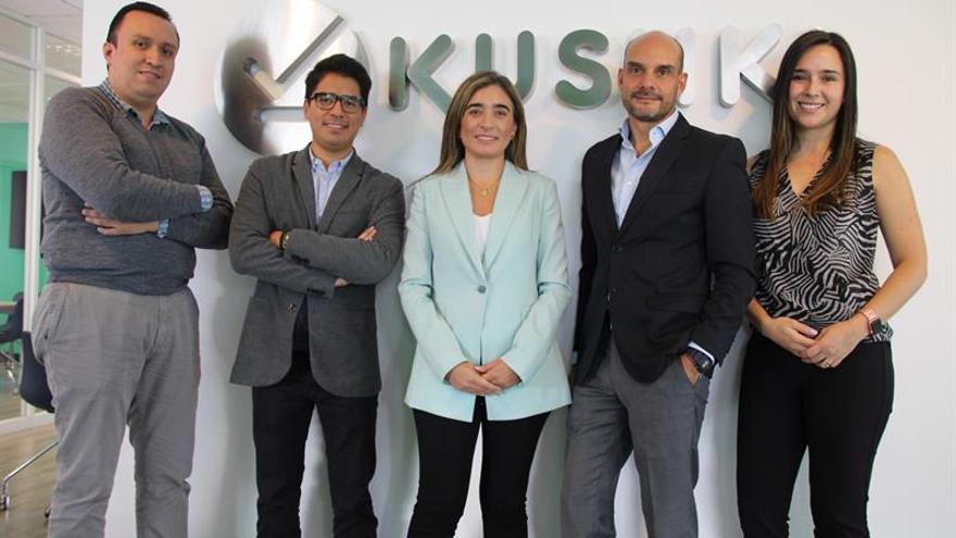 Daniela Espinosa (c), gerente general de la empresa ecuatoriana Kushki, fue registrada junto a su equipo, al posar para Efe, en Quito (Ecuador).