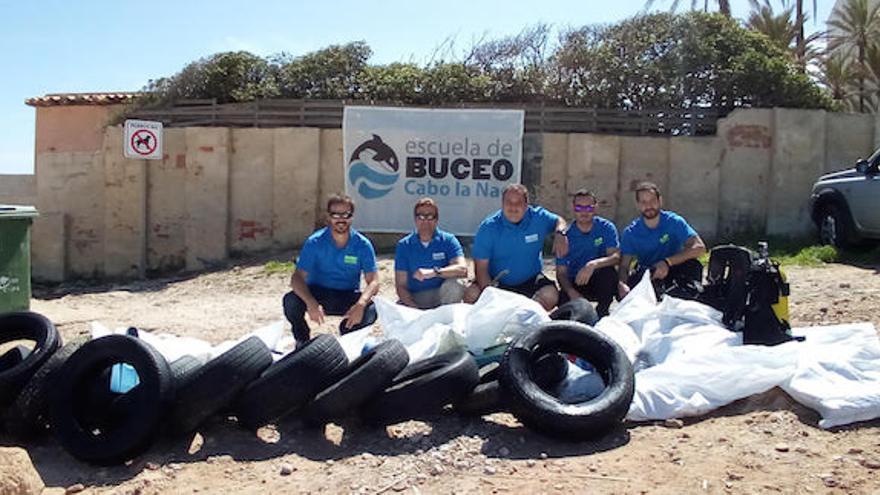 Extraen 19 neumáticos, 35 tuberías y 44 chanclas de los fondos marinos de una sola playa de Xàbia