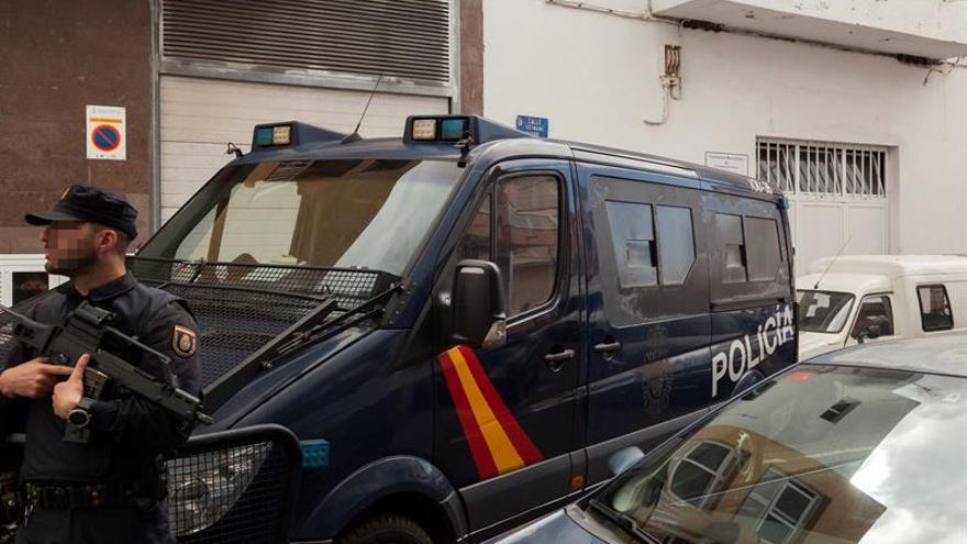 Edificio de la Comunidad Musulmana de Granadilla de Abona en Tenerife, donde se está procediendo a su registro por parte de la Policía Nacional, tras detener a tres ciudadanos relacionados presuntamente por financiaciación y encubrimiento de terrorismo