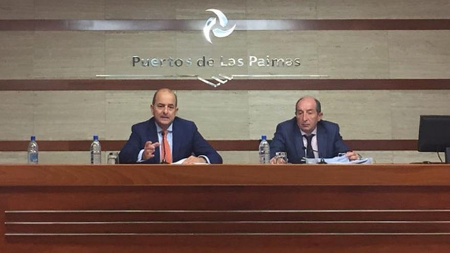 Juan José Cardona y Salvador Capella durante una rueda de prensa tras la reunión del consejo de administración de la Autoridad Portuaria de Las Palmas.