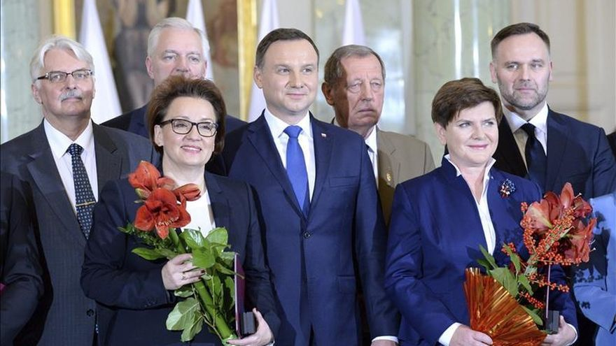 Toma posesión el nuevo Gobierno de Polonia, presidido por la conservadora Szydlo
