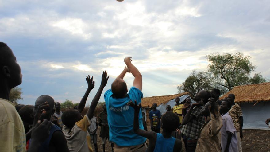 Uno de los trabajadores de Unicef juega al balón con los niños liberados, de cuyo ciudado y educación se hace cargo la agencia durante la búsqueda de sus familias. / FOTO: Claire McKeever (Unicef).