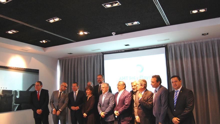 Foto de familia con alcaldes de los municipios integrados en la AMT