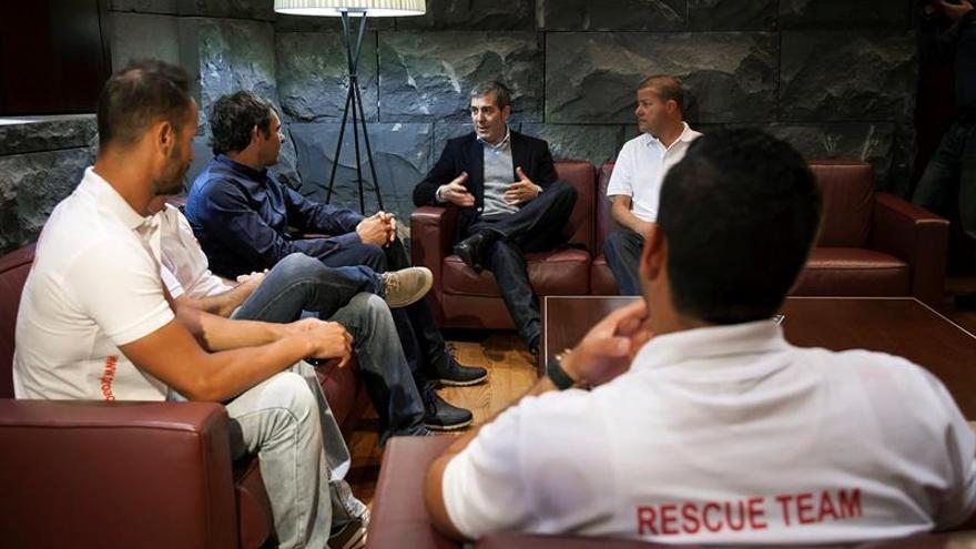 El presidente del Gobierno de Canarias, Fernando Clavijo (2d), conversa con los voluntarios de la ONG Proactiva Open Arms, organización que presta su ayuda en la isla de Lesbos a los refugiados que tratan de llegar a Grecia desde Turquía.