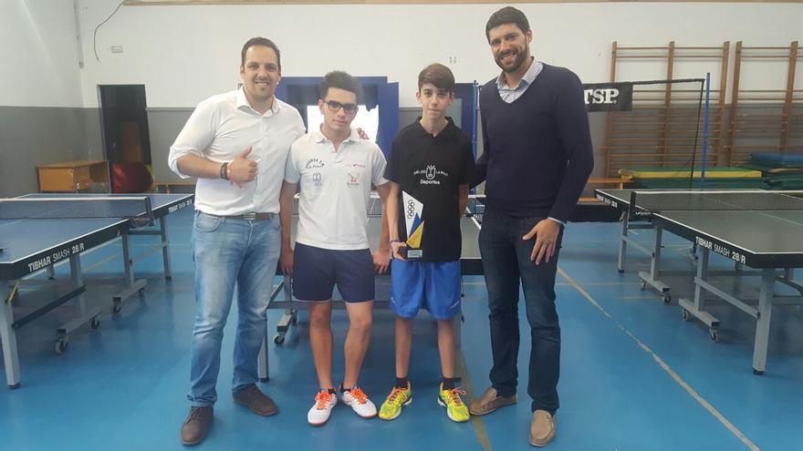 Jonathan Felipe (i) y Daniel Rodríguez con los dos deportistas.