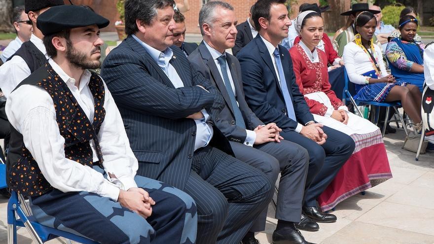Urkullu recibe a los grupos participantes en el Festival Internacional de Folklore de Portugalete (Bizkaia)