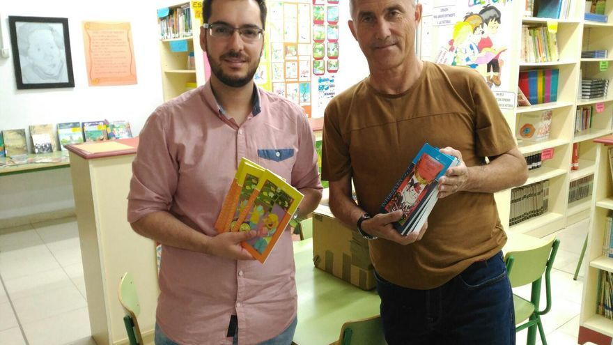 El concejal de Educación de Puntagorda, Juan Gabriel Pérez,  y el Jefe de Estudios del CEIP Puntagorda, en la entrega de libros.